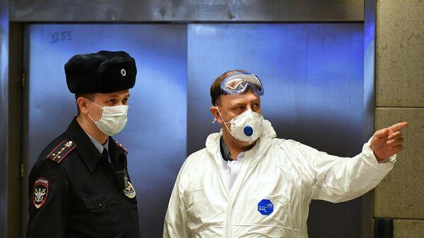 Сотрудник полиции и медицинский работник в аэропорту Внуково