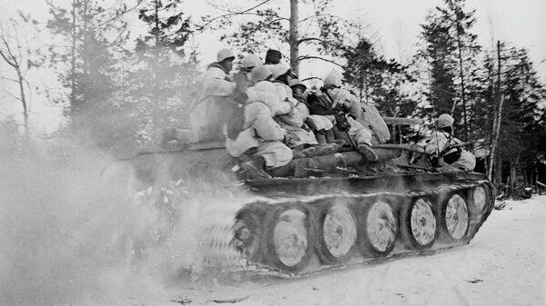 Танки и пехота направляются в бой в район Синявинских высот. Прорыв блокады Ленинграда