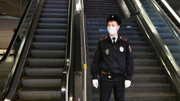 Сотрудник полиции в аэропорту Внуково