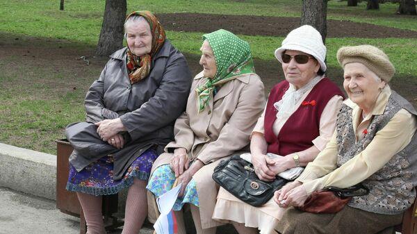 Женщины пенсионного возраста на лавочке в парке