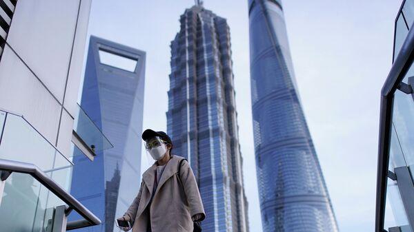 Женщина в защитной маске в Шанхае, Китай