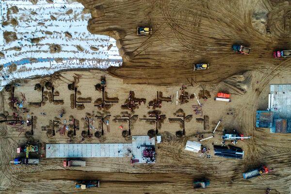 Техника на строительной площадке инфекционной больницы. Инфекционную больницу для заразившихся коронавирусом построят в Новой Москве из быстровозводимых конструкций