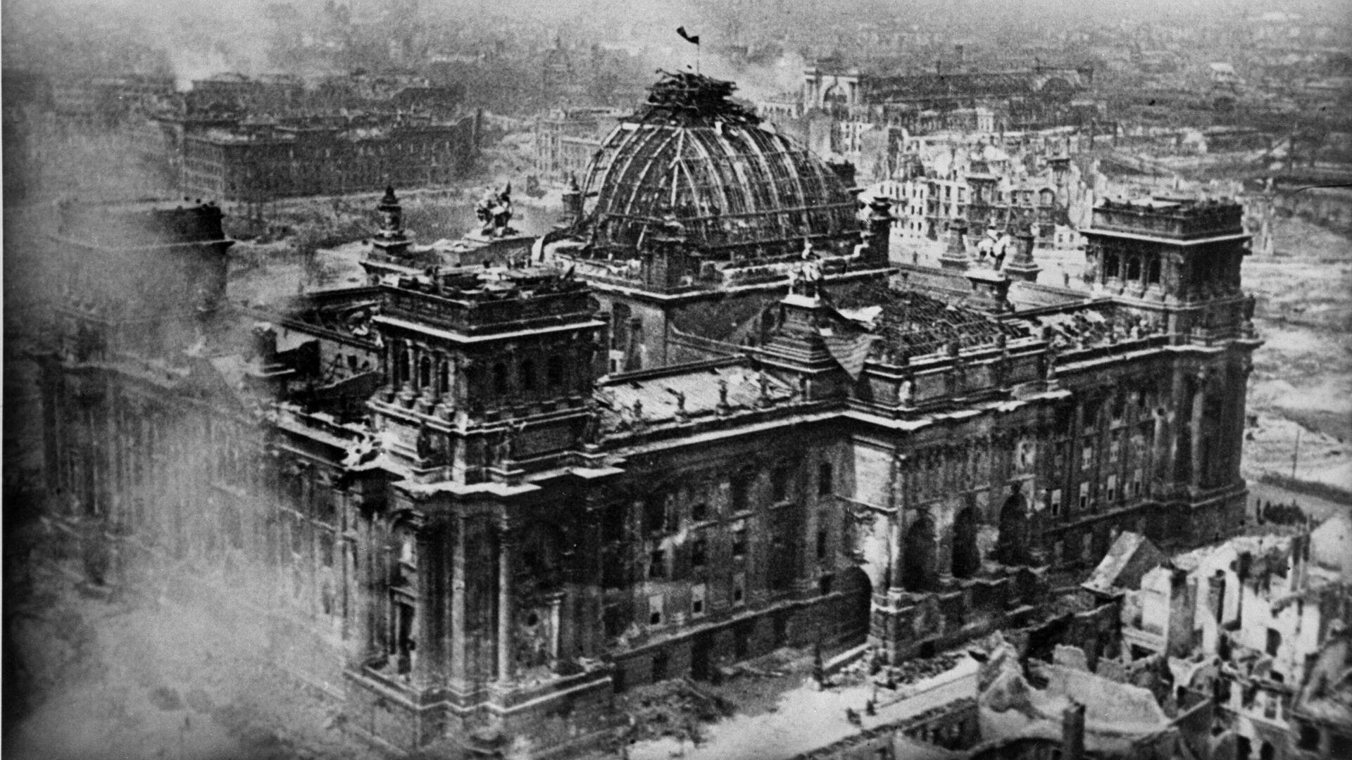 Знамя Победы над рейхстагом - РИА Новости, 1920, 23.06.2021