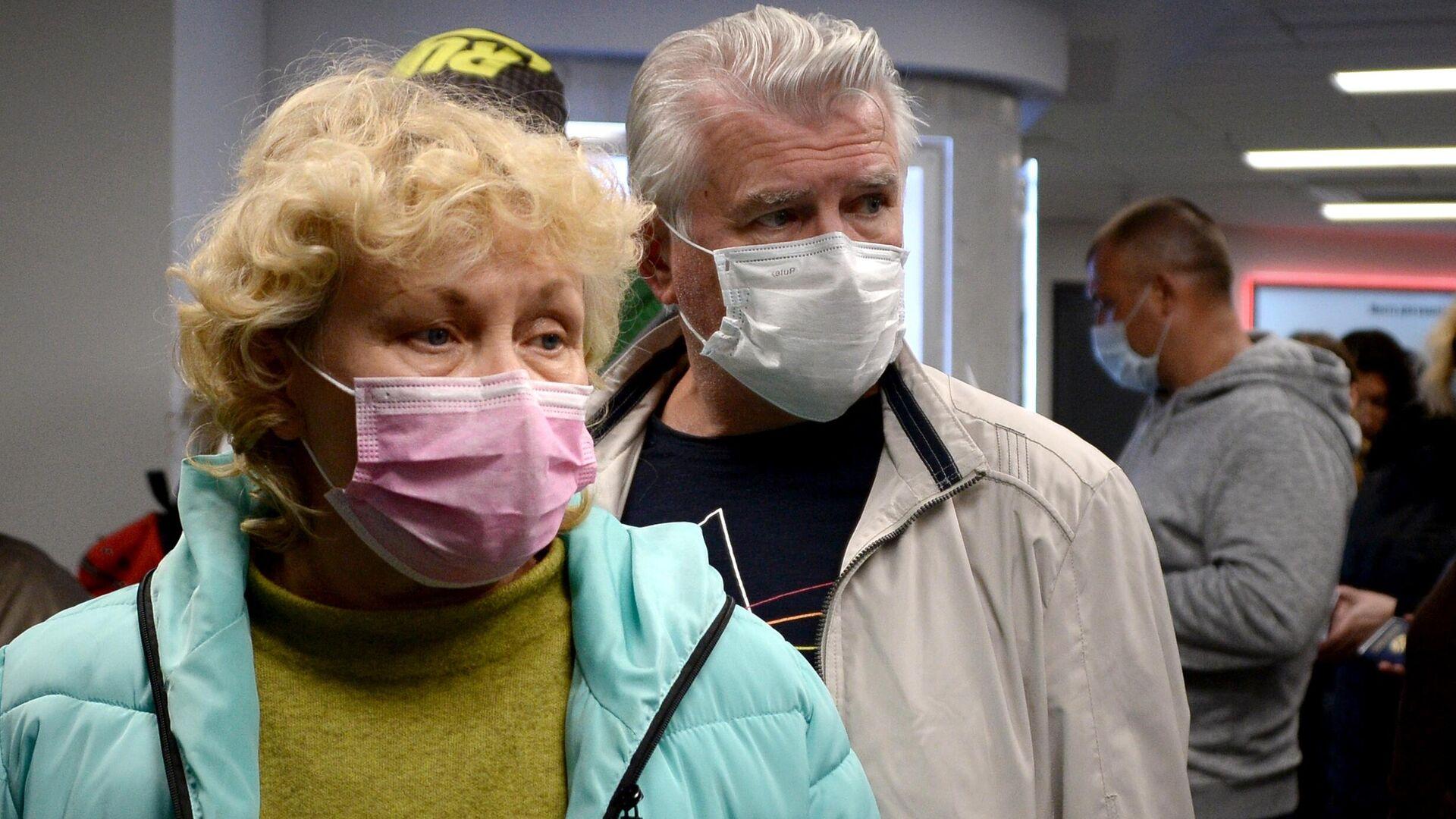 Пассажиры в защитных масках в национальном аэропорту Минск - РИА Новости, 1920, 11.02.2021