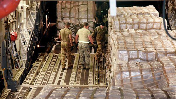 Американские военные разгружают тесты на COVID-19 производства компании Copan Diagnostics, Inc. на базе Национальной гвардии в Мемфисе, США