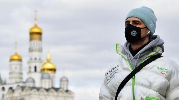 Молодой человек в защитной маске в Москве