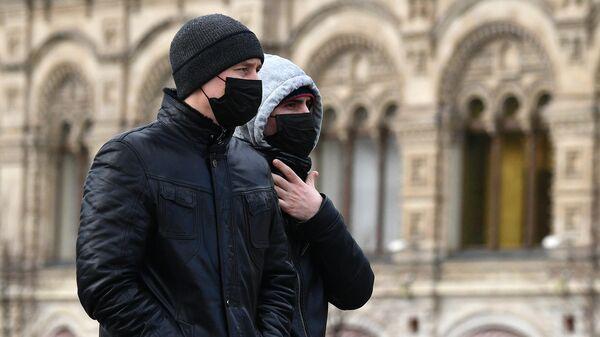 Прохожие в защитных масках на улице