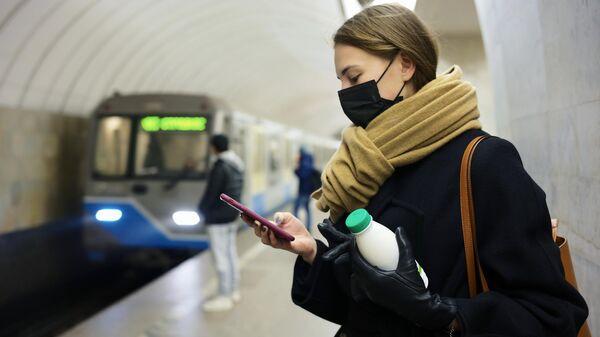 Человек в медицинской маске на одной из станций Московского метрополитена