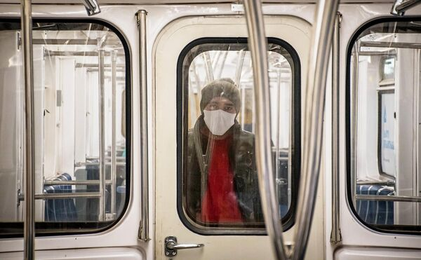 Мужчина в защитной маске в вагоне метро в Тбилиси
