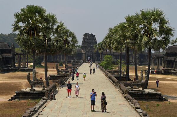 Туристы в храме Ангкор-Ват в провинции Сиемреап на севере Камбоджи. 5 марта 2020 года