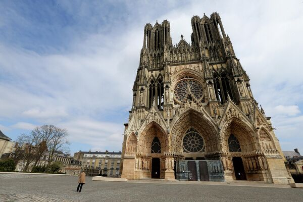 Пустая площадь перед Реймсским собором в восточной Франции. 17 марта 2020 года