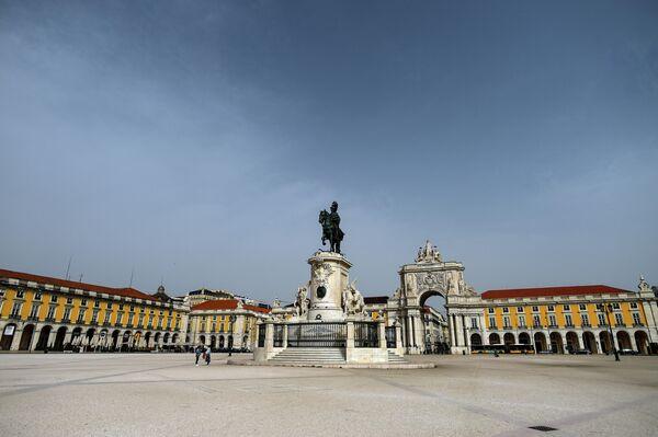 Пустая площадь Праса-ду-Комерсиу в Лиссабоне