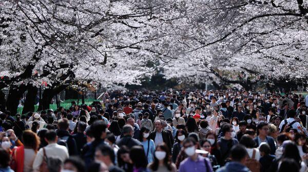 Люди в парке Уэно в Токио