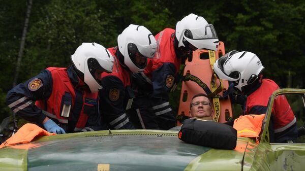 Спасатели мотогруппы достают из поврежденной машины условно пострадавшего во время учений