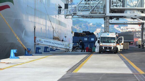 Врачи скорой помощи эвакуируют пассажиров круизного лайнера Costa Luminosa в порту Савона недалеко от Генуи в Италии