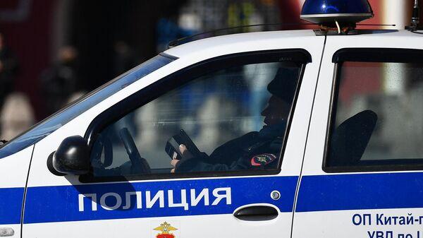 Сотрудник правоохранительных органов в полицейской машине в центре Москвы