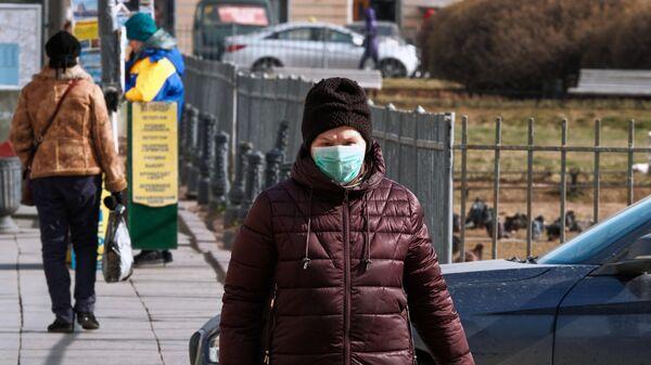 Женщина в медицинской маске на Невском проспекте в Санкт-Петербурге