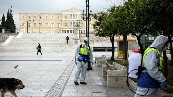 Рабочие дезинфицируют площадь Синтагма в Афинах