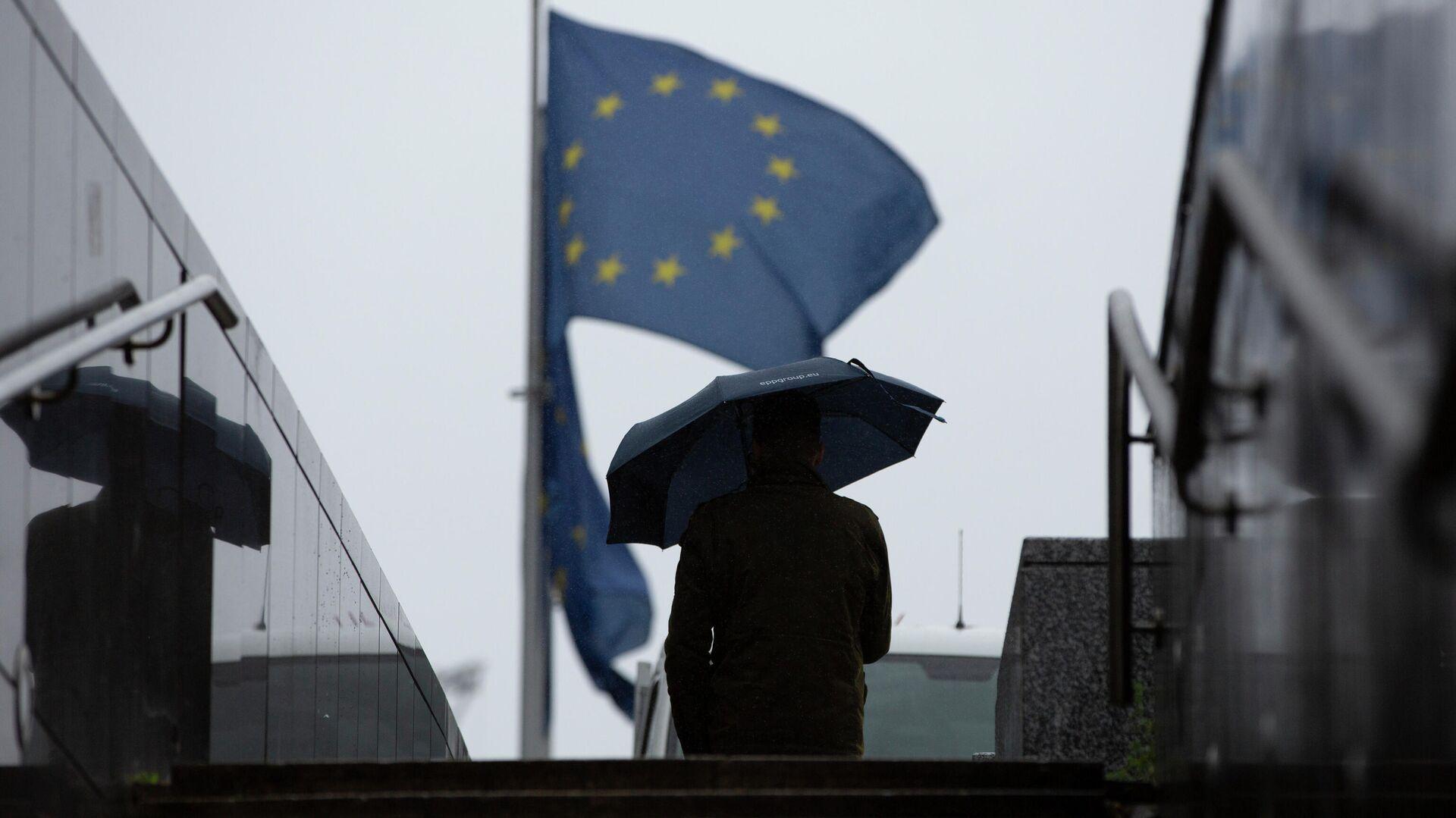 Мужчина проходит мимо штаб-квартиры ЕС в Брюсселе - РИА Новости, 1920, 15.10.2020