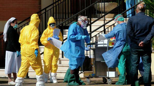 Медицинские работники проходят тест на коронавирус в Риме, Италия