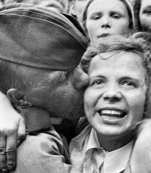 Встреча на Белорусском вокзале первого эшелона бойцов, вернувшихся с фронта после победы в Великой Отечественной войне. Июнь 1945 года