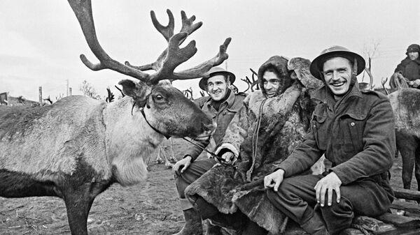 Советский оленевод с английскими авиамеханиками на одном из аэродромов в Заполярье