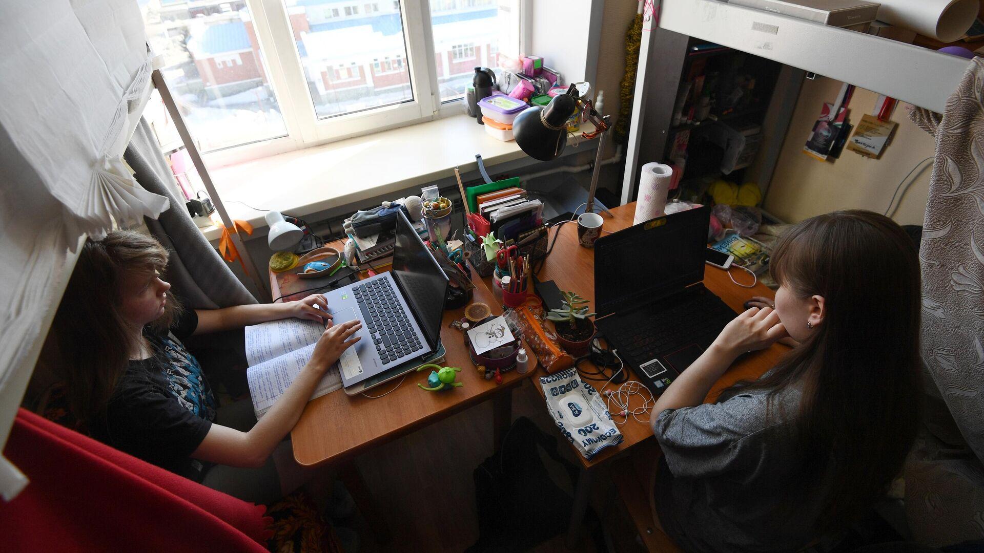 Студенты Новосибирского государственного технического университета (НГТУ) в своей комнате в общежитии вуза - РИА Новости, 1920, 17.11.2020