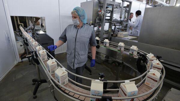 Рабочая на линии производства молочного завода