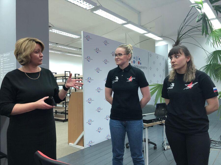 И.о. ректора ЯГТУ Елена Степанова со студентами.