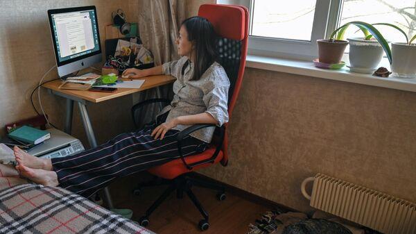 Педагог дополнительного образования проводит дистанционное занятие с учениками у себя дома в Москве