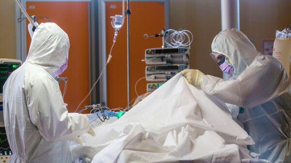 Медицинские работники в палате интенсивной терапии в одной из клиник Италии