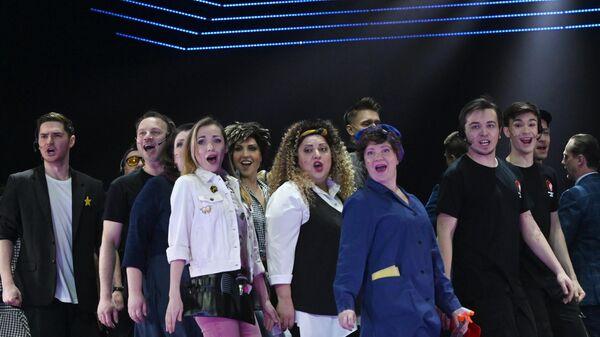 Артисты в сцене из мюзикла ПраймТайм в постановке Себастьяна Солдевильи и Марины Швыдкой в Московском театре мюзикла.