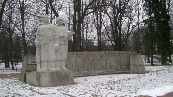Памятник Уничтожившим гитлеризм в парке города Велюнь, Польша