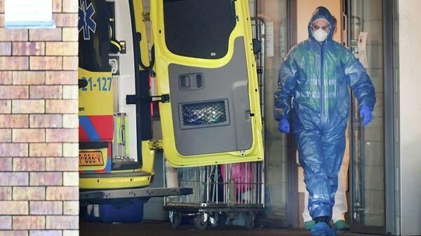 Медработники Нидерландов принимают пациента в больницу