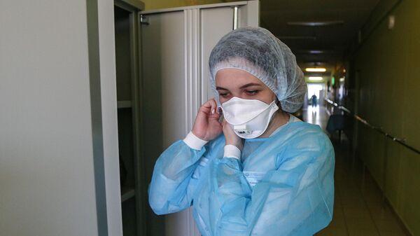 Врач в инфекционном отделении Мурманской областной больницы