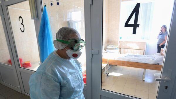 Врач в инфекционном отделении больницы