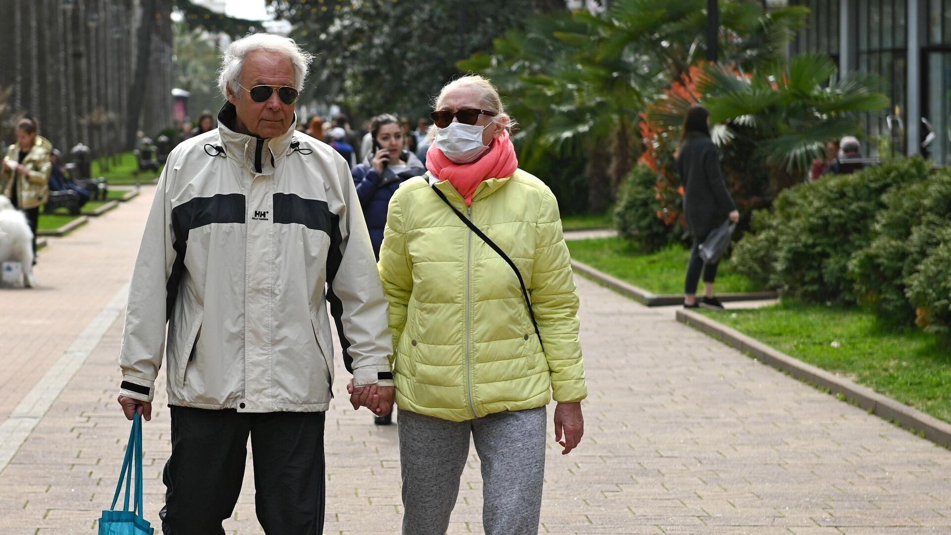 Люди в медицинских масках на улицах Сочи - РИА Новости, 1920, 20.10.2020