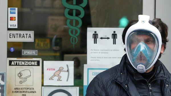 Мужчина во время вспышки COVID-19 в Риме, Италия