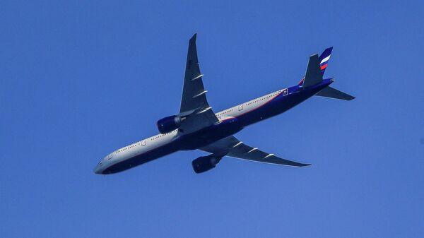 Самолет Boeing 777-3MO в небе над Москвой