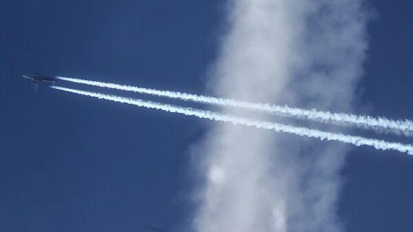 Самолет Airbus A320-214 в небе над Москвой