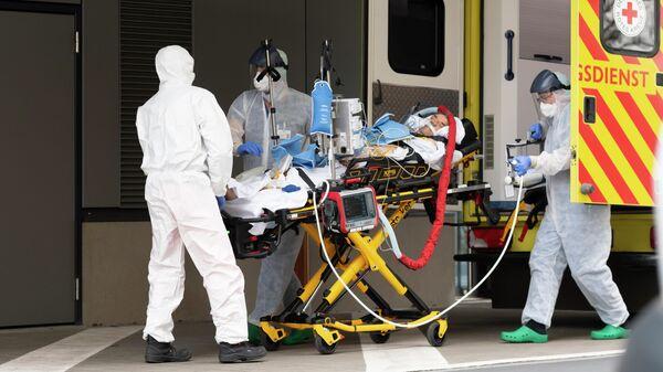 Медицинские работники возле одной из клиник в Дрездене, Германия