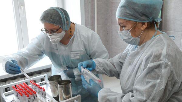 Врачи Клинического медицинского центра Читы подписывают пробирки с образцами биоматериалов для тестирования на коронавирус нового типа