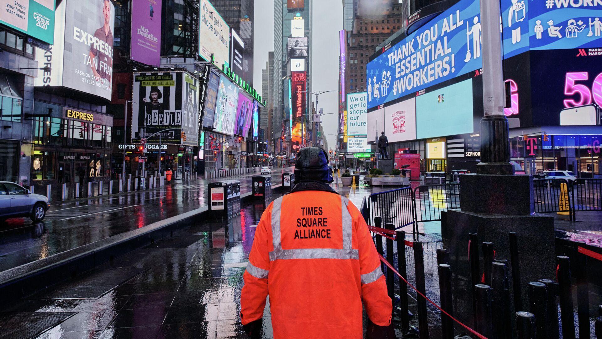 Мужчина на пустой Таймс-сквер в Нью-Йорке - РИА Новости, 1920, 02.04.2020