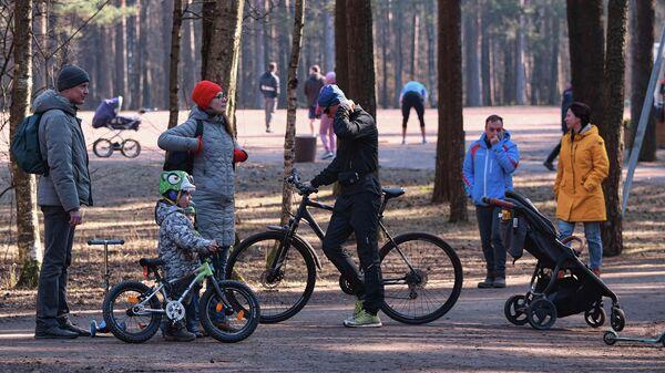 Жители города отдыхают в парке Сосновка, не входящего в список закрытых для посещений