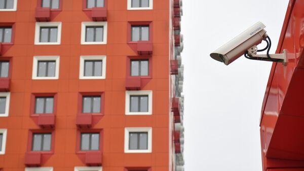 Видеокамера у подъезда жилого дома