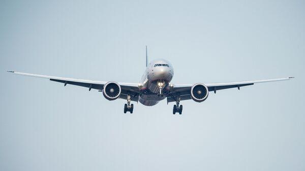 Пассажирский самолет Boeing-777 авиакомпании Аэрофлот заходит на посадку в Международном аэропорту Шереметьево