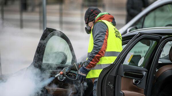 Дезинфекция автомобиля службы такси в Стокгольме, Швеция