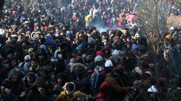 Толпа беженцев на границе Турции и Греции.