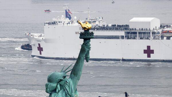 Корабль-госпиталь Comfort в Нью-Йорке