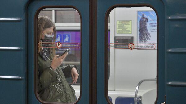 Девушка в метро Санкт-Петербурга